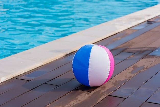 Kolorowa Piłka W Basenie Premium Zdjęcia