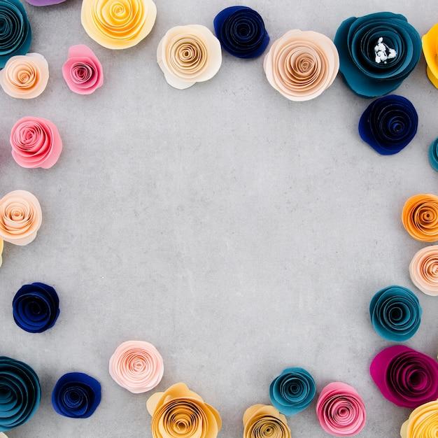 Kolorowa Rama Z Papierowymi Kwiatami Na Cementowym Tle Darmowe Zdjęcia