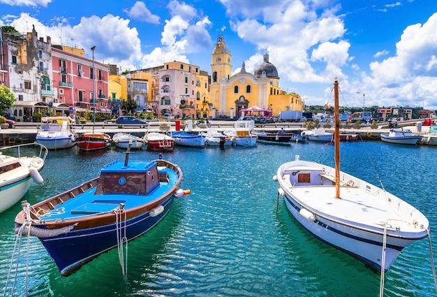 Kolorowa Wyspa Procida W Kampanii We Włoszech Premium Zdjęcia