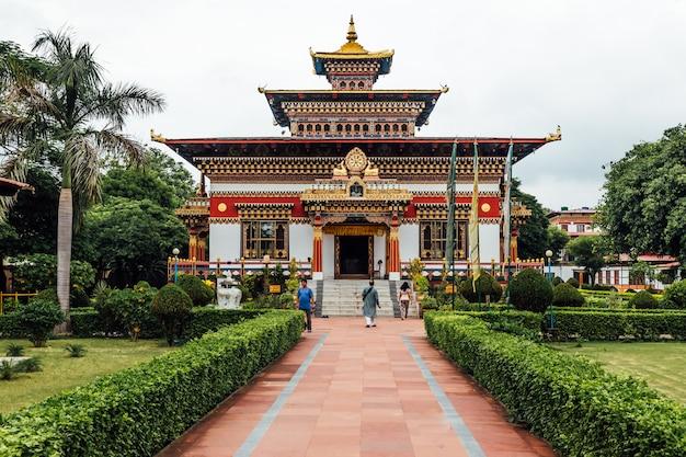 Kolorowa zdobiona fasada w stylu bhutańskim the royal bhutanese monastery. Premium Zdjęcia