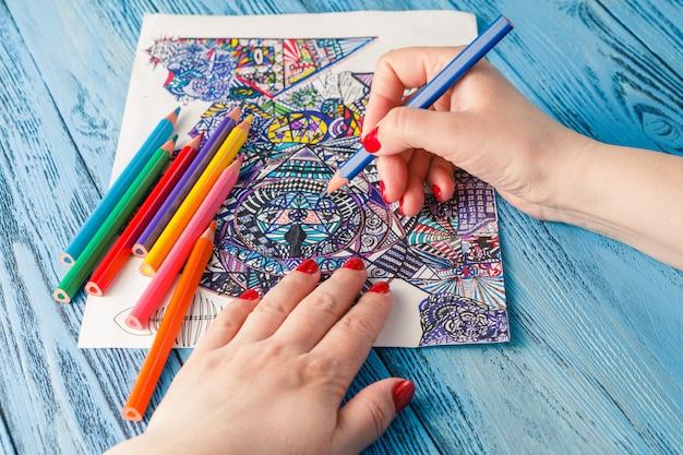 Kolorowanki Dla Dorosłych Kolorowe Kredki Przeciwstresowe. Hobby Rąk Kobiety Maluje Malarz Odprężający Premium Zdjęcia