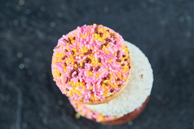 Kolorowe Ciasteczka Puszyste Na Ciemnej Powierzchni. Darmowe Zdjęcia