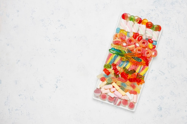 Kolorowe Cukierki, Galaretka, Pianka Na Lekkiej Powierzchni. Widok Z Góry Z Miejsca Kopiowania Darmowe Zdjęcia