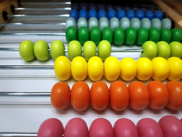 Kolorowe Drewniane Koraliki Liczydła Z Selektywnym Ustawieniem Ostrości Premium Zdjęcia