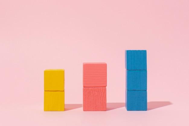 Kolorowe Drewniane Kostki Z Różowym Tłem Premium Zdjęcia