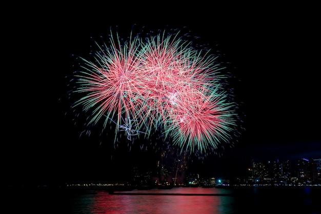 Kolorowe Fajerwerki W Nocy. Premium Zdjęcia