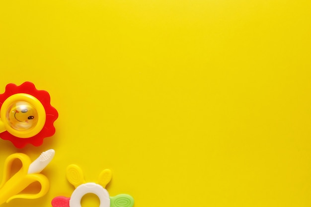 Kolorowe I Różnorodne Plastikowe Zabawki Dla Dzieci Na żółtym Tle. Premium Zdjęcia
