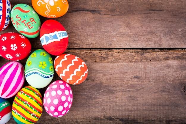 Kolorowe Jaja Na Drewnianym Stole Darmowe Zdjęcia