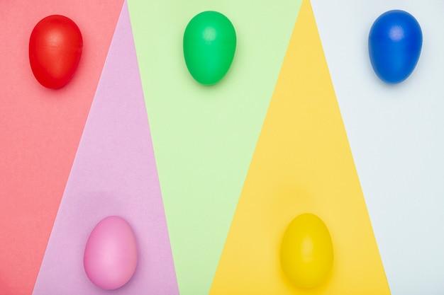 Kolorowe Jajka Malowane Na Stole Darmowe Zdjęcia