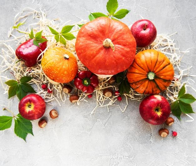 Kolorowe Jesieni Banie Na Betonowym Tle Premium Zdjęcia