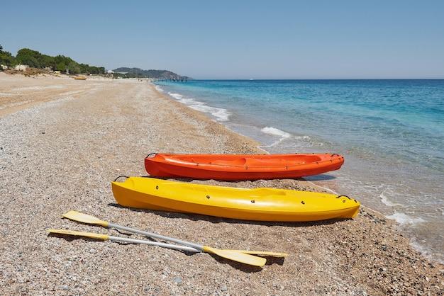 Kolorowe Kajaki Na Plaży. Piękny Krajobraz. Darmowe Zdjęcia