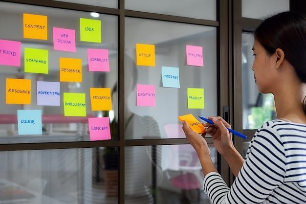 Kolorowe karteczki z rzeczy do zrobienia na pokładzie biura. koncepcja user experience (ux). Premium Zdjęcia