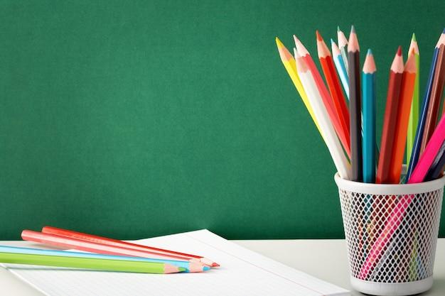 Kolorowe kredki gotowy do rysowania Darmowe Zdjęcia
