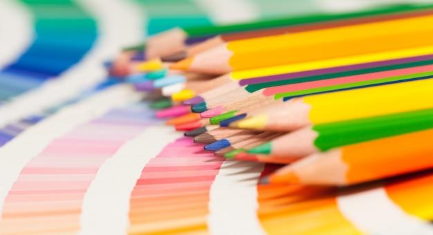 Kolorowe Kredki I Karta Kolorów Wszystkich Kolorów Premium Zdjęcia