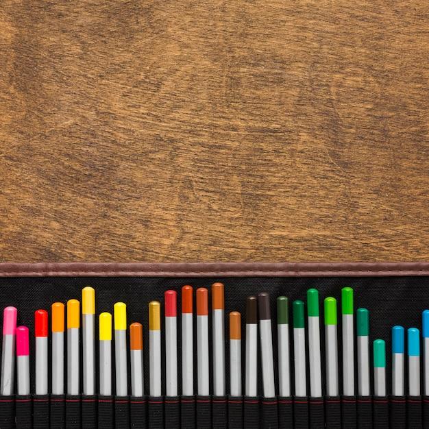 Kolorowe Kredki I Kopia Przestrzeń Drewniane Tło Darmowe Zdjęcia