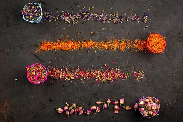 Kolorowe Kwiatowe Kawałki Wielokolorowe W Doniczkach I Rozłóż Widok Z Góry Na Ciemnym Biurku Darmowe Zdjęcia