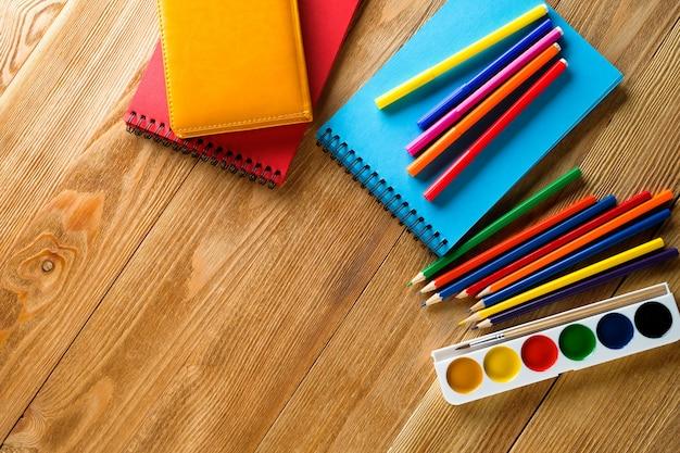 Kolorowe Markery I Ołówki, Czysty Pad Do Rysowania, Farby Akwarelowe Na Drewnianym Stole. Tematy Kreatywności Dzieci, Edukacji Szkolnej I Przedszkolnej. Premium Zdjęcia