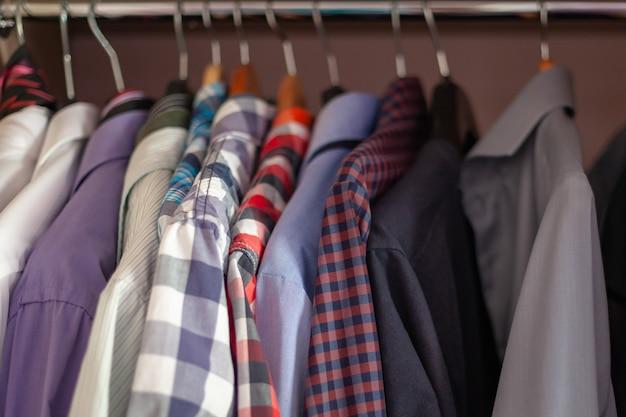 Kolorowe Męskie Koszule W Satynie Wyrównane Do Wioślarstwa Premium Zdjęcia