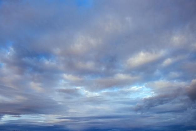 Kolorowe Niebo Z Tłem Słońca W Górach. Zachód Słońca Wschód Słońca Darmowe Zdjęcia