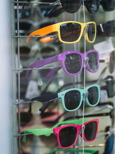 Kolorowe okulary na stojaku Darmowe Zdjęcia