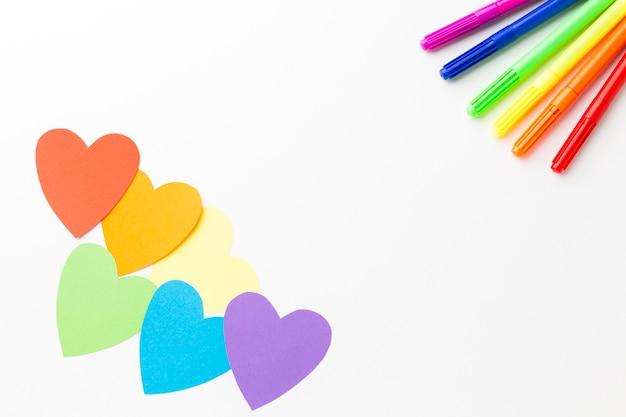 Kolorowe Ołówki I Papierowe Serca Darmowe Zdjęcia