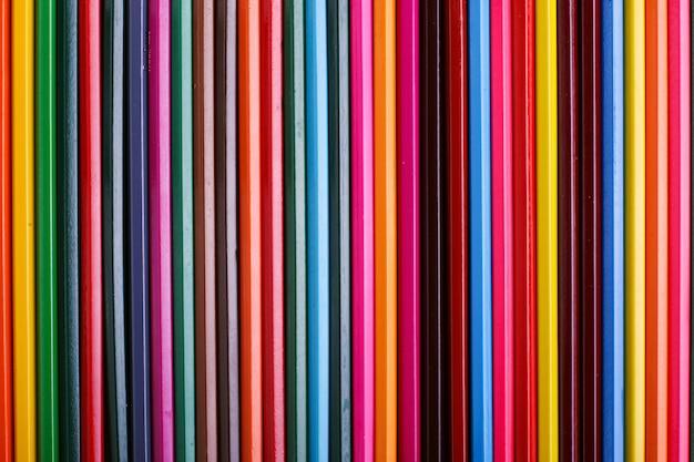 Kolorowe ołówki leżą w rzędzie Premium Zdjęcia