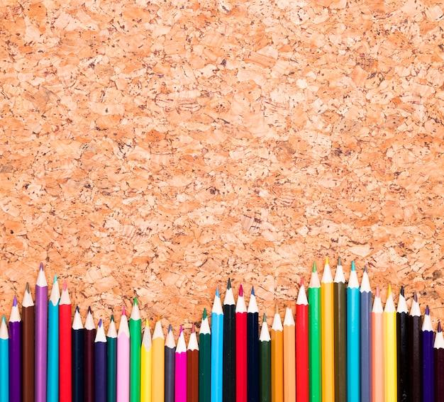 Kolorowe ołówki na biurku Darmowe Zdjęcia