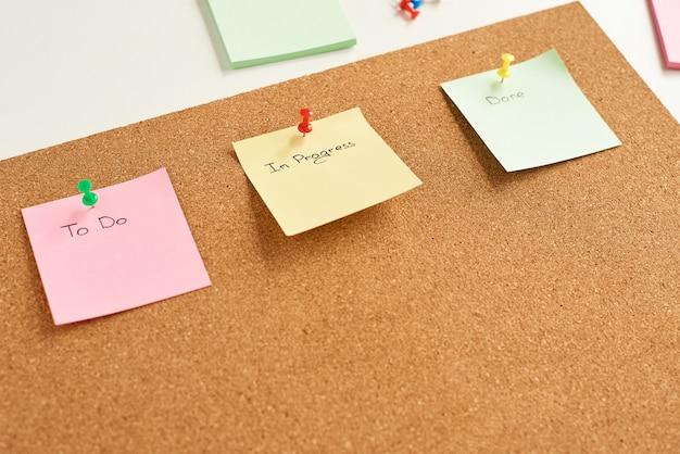 Kolorowe papierowe notatki ze słowami Premium Zdjęcia