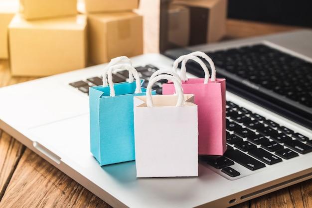 Kolorowe Papierowe Torby Na Zakupy W Wózku Pomysły Na Temat Uzależnienia Od Zakupów Online Premium Zdjęcia