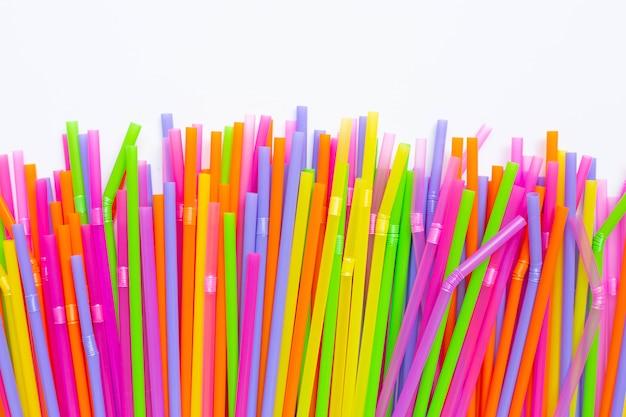 Kolorowe plastikowe słomki na białym tle Premium Zdjęcia