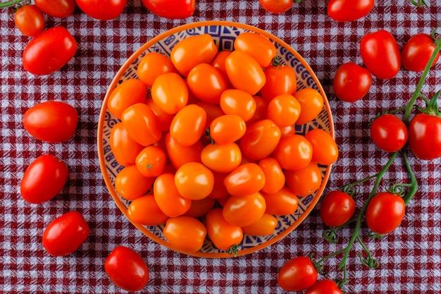 Kolorowe Pomidory W Płaskim Talerzu Leżały Na Pikniku Darmowe Zdjęcia