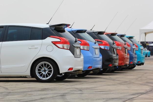 Kolorowe samochody na parkingu Premium Zdjęcia