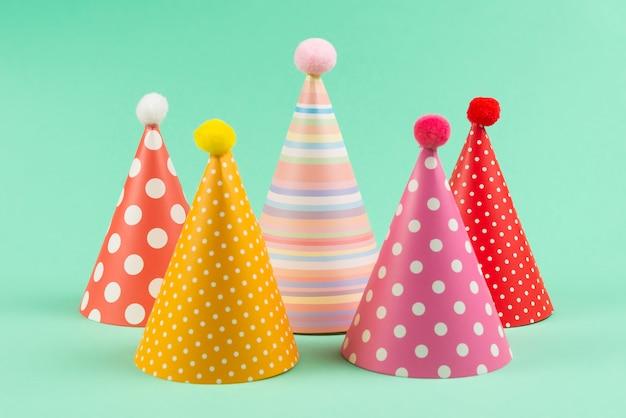 Kolorowe Urodzinowe Nakrętki Na Nowym Tle. Premium Zdjęcia