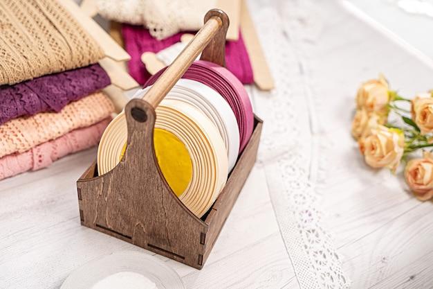 Kolorowe Wstążki I Koronki W Zwojach Do Haftu Hobby Premium Zdjęcia