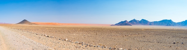 Kolorowe wydmy i malowniczy krajobraz na pustyni namib, park narodowy naukbuft namib. Premium Zdjęcia