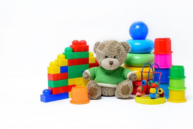 Kolorowe Zabawki Edukacyjne Dla Dzieci Na Białej Powierzchni Premium Zdjęcia