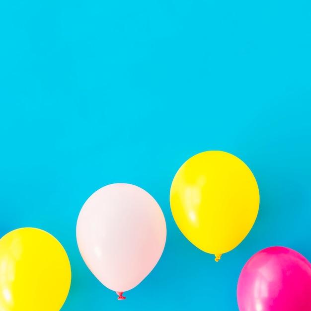 Kolorowi Balony Na Błękitnym Tle Darmowe Zdjęcia