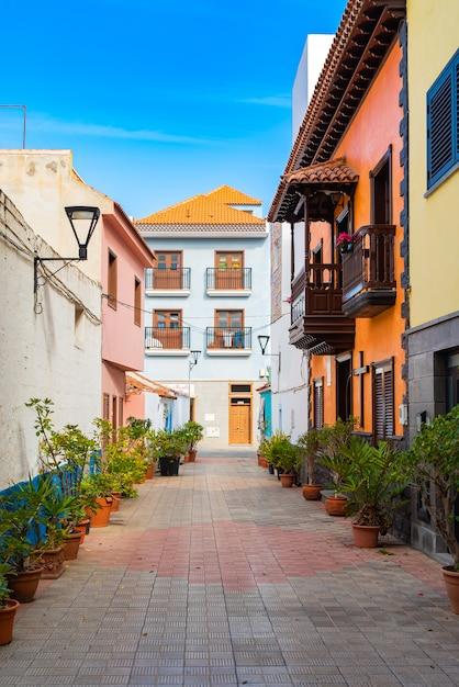 Kolorowi Budynki Na Wąskiej Ulicie W Hiszpańskim Grodzkim Punto Brava Na Słonecznym Dniu, Tenerife, Wyspy Kanaryjska, Hiszpania. Darmowe Zdjęcia