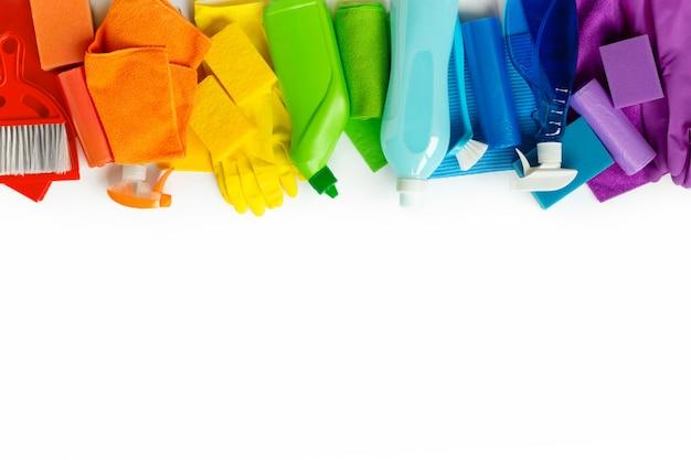 Kolorowi cleaning produkty i narzędzia odizolowywający na bielu. Premium Zdjęcia