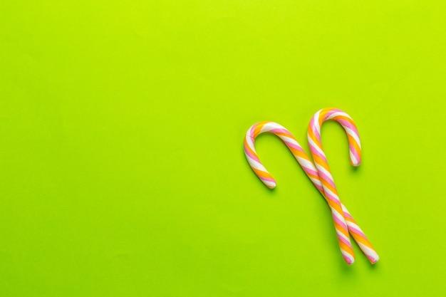 Kolorowi cukierki na zielonym tle Premium Zdjęcia