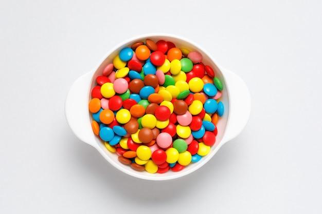 Kolorowi Czekoladowi Cukierki W Białym Pucharze Premium Zdjęcia