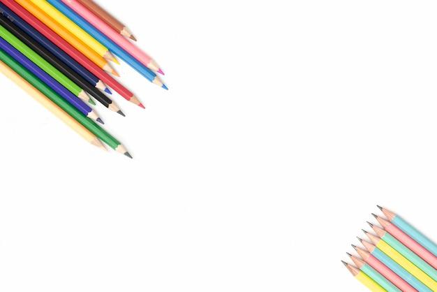 Kolorowi ołówki na białym tle z copyspace Premium Zdjęcia