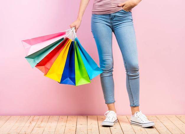 Kolorowi Torba Na Zakupy W Kobiety Ręce Z Różowym Tłem Darmowe Zdjęcia