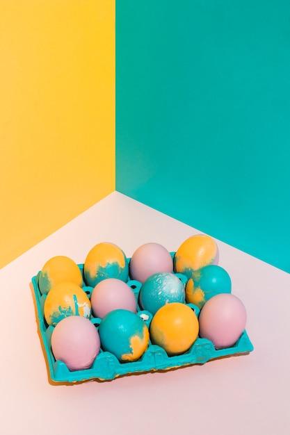 Kolorowi wielkanocni jajka w dużym stojaku na stole Darmowe Zdjęcia