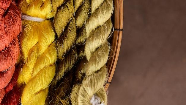 Kolorowy jedwabnej przędzy na gotowy do tkania Premium Zdjęcia