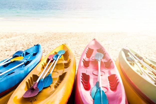 Kolorowy Kajak Ustawiony Na Plaży Premium Zdjęcia