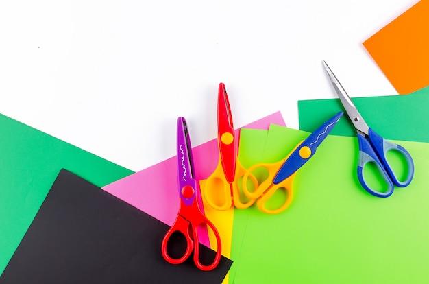 Kolorowy Papier Z Nożyczkami Dla Dzieci Na Bielu Premium Zdjęcia