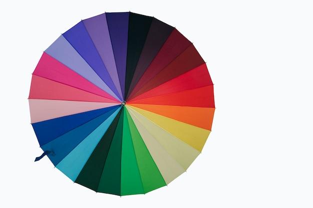 Kolorowy Parasol Tęczowy Wielokolorowy Na Białym Tle Ze ścieżką Przycinającą Premium Zdjęcia