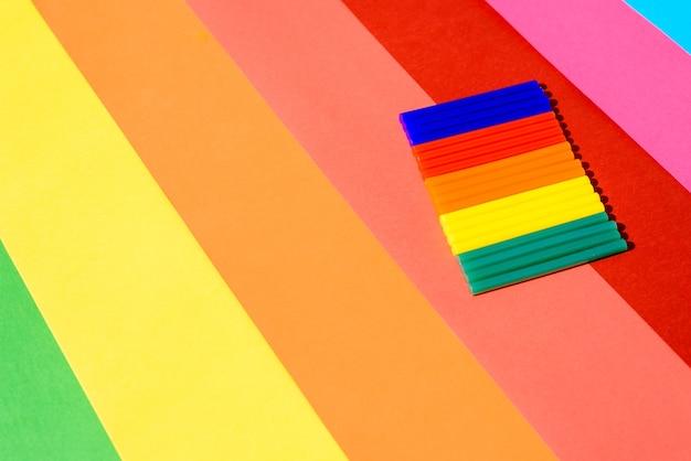 Kolorowy Silikonowy Klej W Sztyfcie Na Tle żywych Linii. Premium Zdjęcia