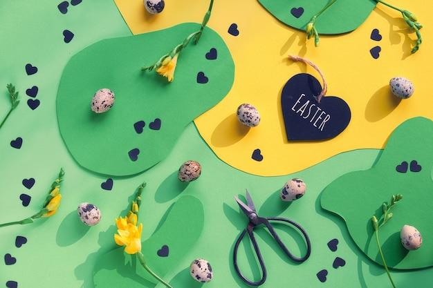 Kolorowy Wzór Graficzny Wielkanoc Tło. Leżał Na Płasko, Widok Z Góry Z Jajkami Przepiórczymi, Nożyczkami, Sercem Z Tekstem Wielkanocnym, Kwiatami Frezji. Premium Zdjęcia
